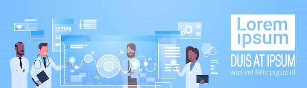 Groupe de médecins utilisation interface d'ordinateur virtuel innovation concept technologique traitement médical moderne