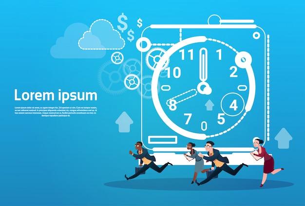Groupe de personnes d'affaires run clock businesspeople time deadline concept