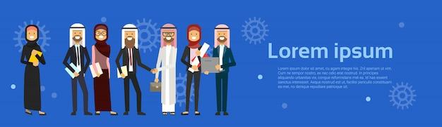 Groupe de personnes arabes portant des vêtements traditionnels pleine longueur homme d'affaires arabe poignée de main musulman mâle femelle bannière