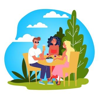 Groupe de personnes assises à table et bavardant