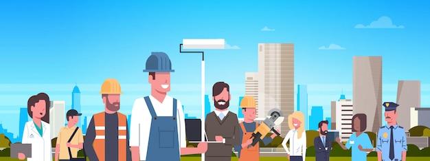 Groupe de personnes de différents métiers au cours de l'illustration horizontale de la ville moderne