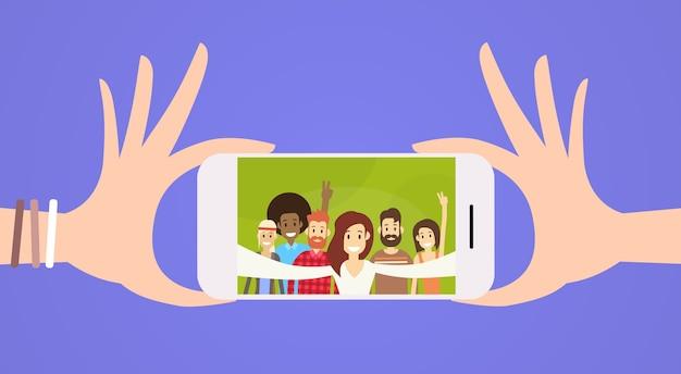 Groupe de personnes prenant selfie photo sur téléphone portable intelligent