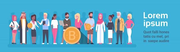 Groupe de personnes tenant une bannière horizontale bitcoin doré web moderne, argent, monnaie cryptographique numérique co