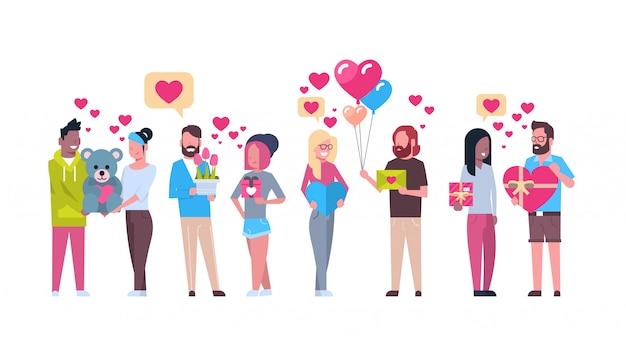 Groupe de personnes tenant des cadeaux sur les formes de coeur valentine day holiday concept