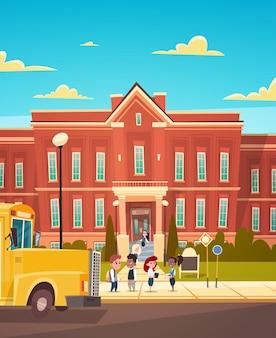 Groupe de pupille mêlée, debout, devant, école, bâtiment, école primaire