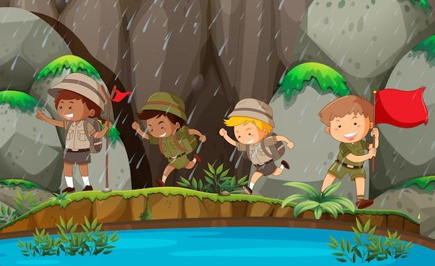 Groupe de scouts dans la nature