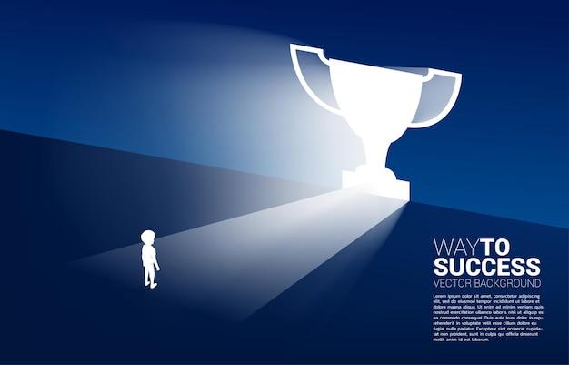 Groupe de silhouette de garçon et fille debout devant la forme du trophée de la porte de sortie. concept de solution éducative et avenir des enfants.