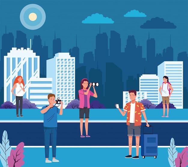 Groupe de touristes faisant des activités sur la ville