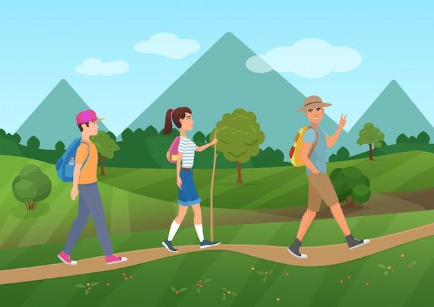 Groupe de touristes marchant près des montagnes