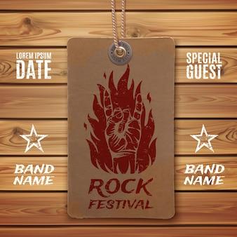 Grunge, signe de rock n roll et feu sur étiquette de prix vintage et planches de bois.