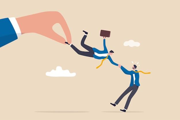 Guerre des talents, concours de recrutement pour un candidat aux compétences spéciales, bras de fer des ressources humaines rh pour obtenir le concept d'employé, combat à la main d'une grande entreprise en tirant un candidat homme d'affaires avec l'employeur actuel