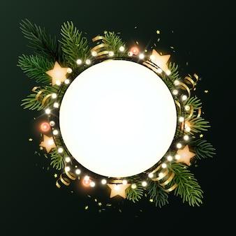 Guirlande de noël ronde avec des branches de sapin, des étoiles scintillantes, des serpentines en or et une guirlande lumineuse de bulbes. cercle avec fond.