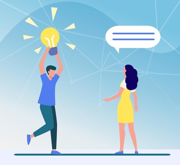 Guy partage une idée géniale avec un ami, une petite amie ou un collègue. homme tenant illustration vectorielle plane ampoule brillante. trouver, découvrir