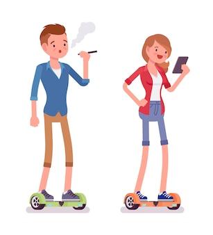 Gyroscooter millénaire garçon et fille en équilibre