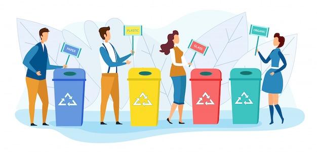 Les habitants de la ville se tiennent près des poubelles de recyclage.