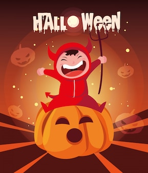 Halloween avec un garçon déguisé du diable à la citrouille