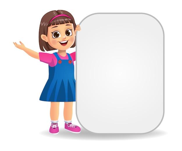 Happy cute girl kid tenant des bannières vierges