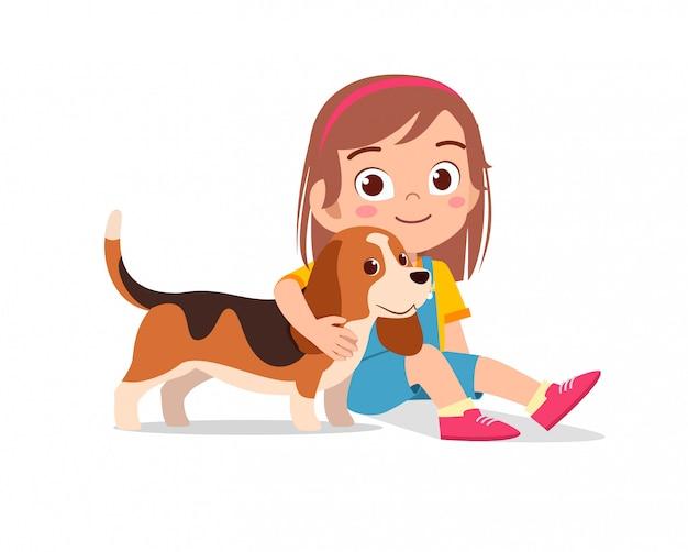 Happy cute little kid garçon fille jouer avec chien