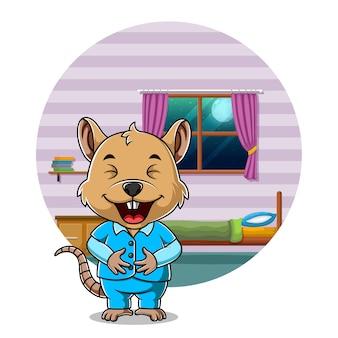 Happy mouse en pyjama et debout dans son lit
