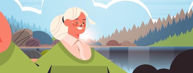 Happy senior woman prenant selfie sur grand-mère caméra smartphone faisant auto photo belle nature paysage fond illustration vectorielle portrait horizontal