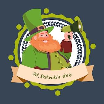 Happy st. patricks day étiquette emblème avec lutin tenant mégaphone