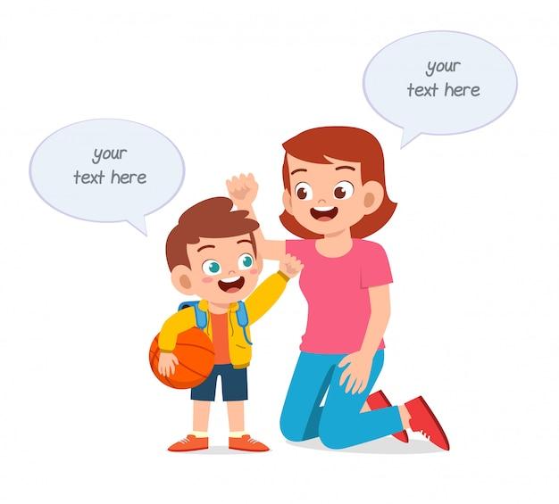 Hapy cute kid boy raconte une histoire à la mère