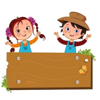 Hapy deux enfants de la ferme avec un panneau en bois vierge