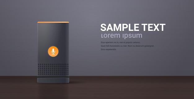 Haut-parleur intelligent relistic sur table en bois reconnaissance vocale activé assistants numériques automatisé concept de rapport de commande plat horizontal copie espace
