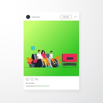 Héhé, regarder la télévision ensemble illustration vectorielle plane. dessin animé mère, père et enfant assis sur un canapé ou un canapé à la maison et regarder un film. concept de mode de vie et de divertissement