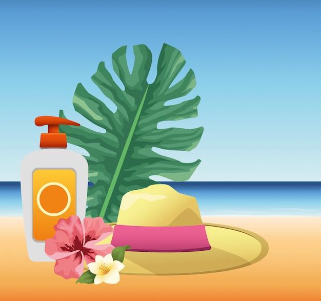 L'heure d'été en vacances à la plage chapeau de pulvérisation écran solaire et fleurs feuilles de palmiers