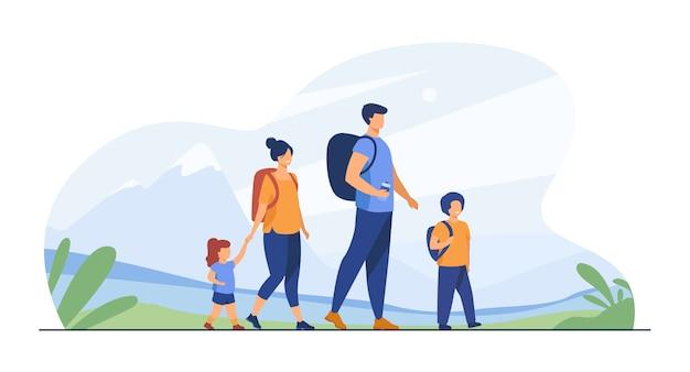 Heureuse famille active marchant à l'extérieur