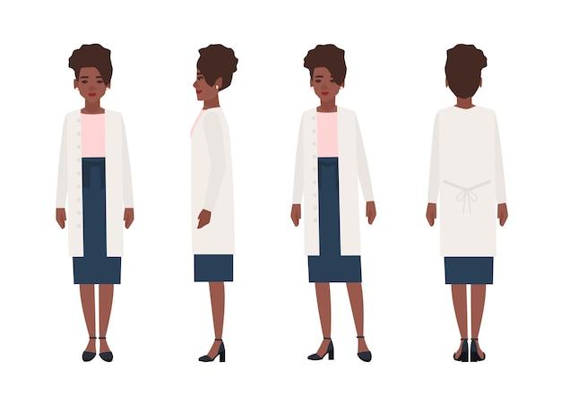 Heureuse femme afro-américaine vêtue de vêtements décontractés isolé sur blanc