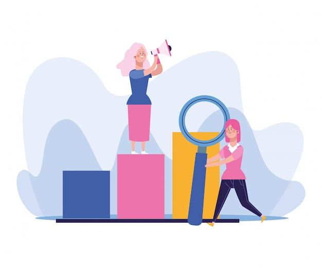 Heureuse femme à l'aide d'un mégaphone debout sur le graphique à barres et femme tenant une grande loupe