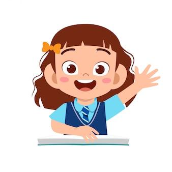 Heureuse jolie fille étudie avec sourire