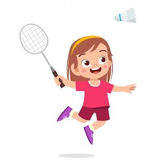 Heureuse jolie fille jouer au badminton