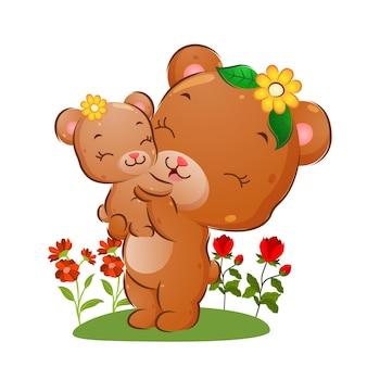 L'heureuse maman ours soulève son bébé dans le jardin de fleurs de l'illustration