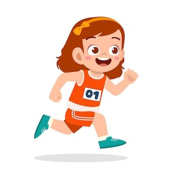 Heureuse petite fille mignonne qui court dans un jeu de marathon