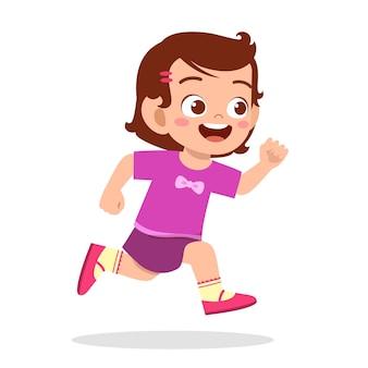 Heureuse petite fille mignonne qui court si vite