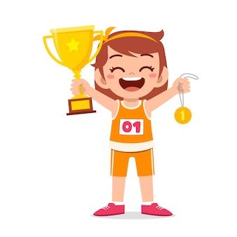 Heureuse petite fille mignonne tenant illustration de la médaille d'or et du trophée