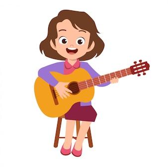 Heureux adolescent mignon jouer de la guitare chanter artiste