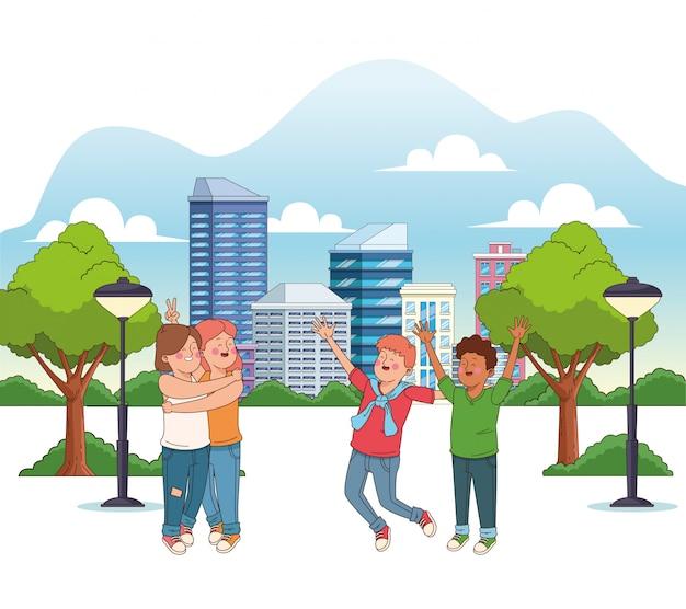 Heureux adolescentes et garçons dans le parc