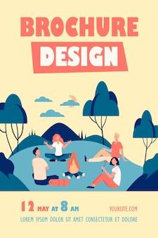 Heureux amis assis près d'un feu de camp au modèle de flyer de nuit d'été