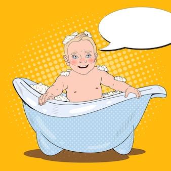 Heureux bébé se baignant avec des bulles de mousse