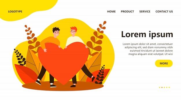 Heureux couple gay masculin tenant un coeur rouge