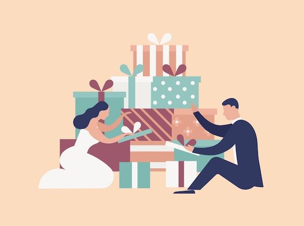 Heureux couple de jeunes mariés drôles ouvrent des coffrets cadeaux après la cérémonie de mariage ou la fête. adorables mariés et tas de cadeaux isolés sur fond clair. illustration vectorielle coloré de dessin animé plat.