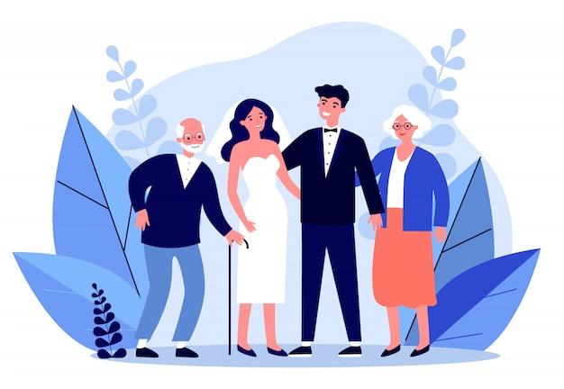 Heureux couple nouvellement marié debout avec les parents aînés