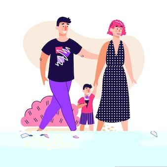 Heureux couple parent marchant dans le parc extérieur avec petit enfant mangeant de la crème glacée -