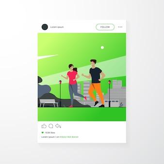 Heureux couple souriant en cours d'exécution à l'illustration vectorielle plane de parc d'été. deux coureurs de bande dessinée jogging marathon ensemble. concept de sport et de mode de vie sain