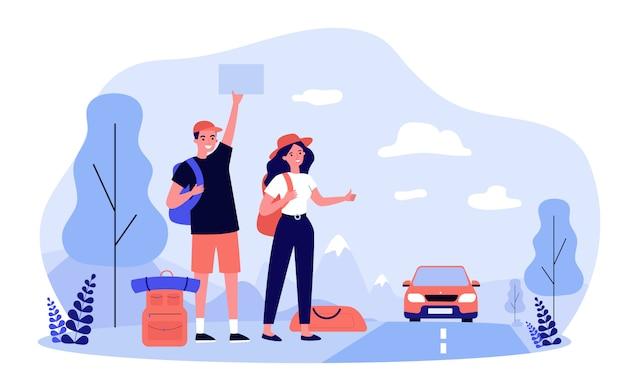 Heureux couple de touristes en auto-stop sur route