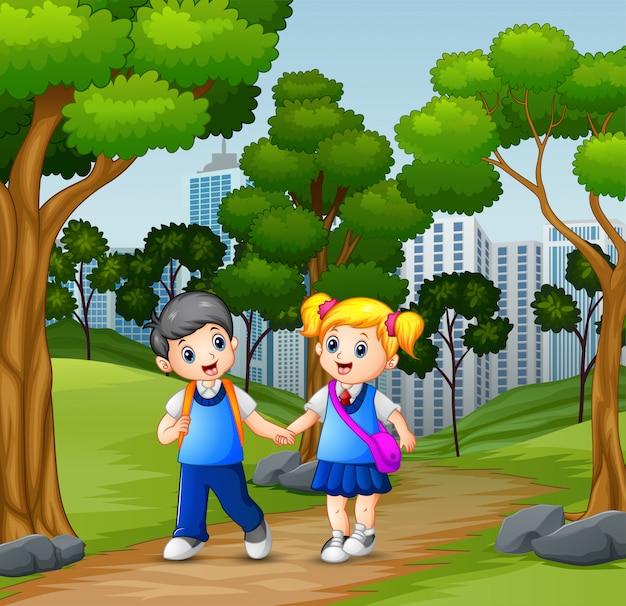Heureux écoliers allant à l'école